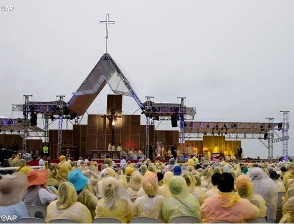 Tacoblan, Filippine. Il ponteggio,non ha retto alla tempesta tropicale: è crollato ucidendo una volontaria. Papa Francesco ha voluto incontrare il papà.