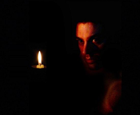 La lampada al cieco non serve; ma egli la può portare perché altri vedano. Fuori metafora: quello che fai, a volte, non serve a te... ma servirà a qualcuno che ne ha bisogno.