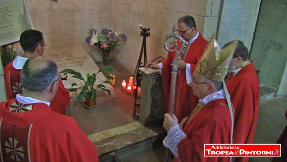 Vescovo della Diocesi Mons. Luigi Renzo davanti alla tomba del Venerabile don Francesco Mottola - foto Libertino