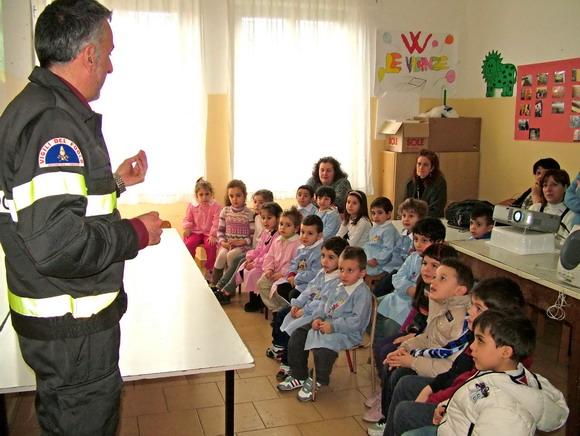 Il vigile del fuoco Domenico Ferito con i piccoli alunni