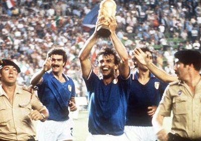 Antonio Cabrini con Coppa del Mondo conquistata nel 1982