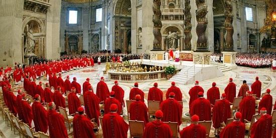 """Settimana decisiva per il Conclave, almeno così sperano tutti. I Cardinali intanto pregano. Si aprirà il Conclave (rigorosamente a porte chiuse per salvaguardare la segretezza delle consultazioni e inizieranno le votazioni fino alla """"fumata bianca"""" che indicherà l'avvenuta elezione del nuovo Papa (da foto ANSA)."""