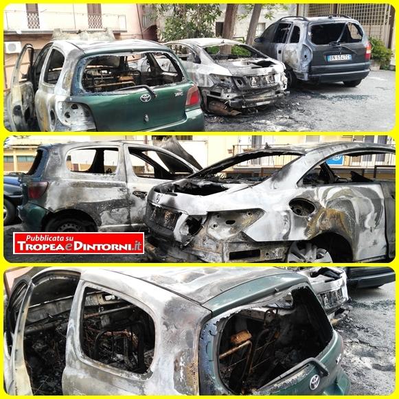 Le auto coinvolte nell'incendio - foto Libertino