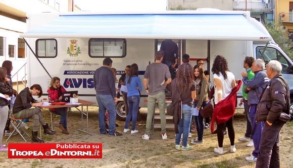 Alcuni dei  ragazzi che hanno effettuato la donazione di sangue davanti al Liceo Classico di Tropea