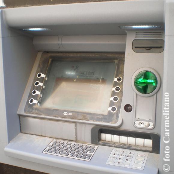 Bancomat in condizioni igieniche indecenti - foto Carmelitano