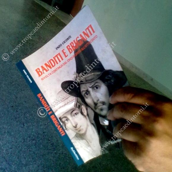 """Copertina del libro """"Banditi e briganti di Ciconte ed. Rubettino - foto Barritta"""