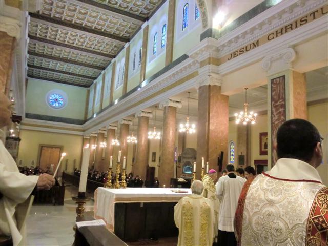 La processione della candelora approda nella Chiesa Cattedrale.