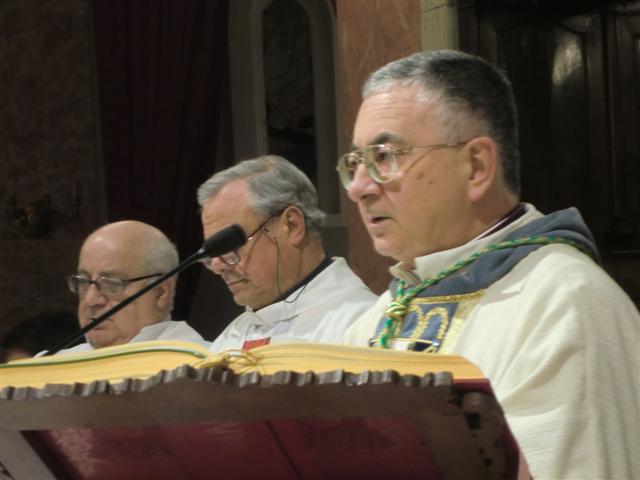 Il Vescovo Renzo insieme ad alcuni dei concelebranti.