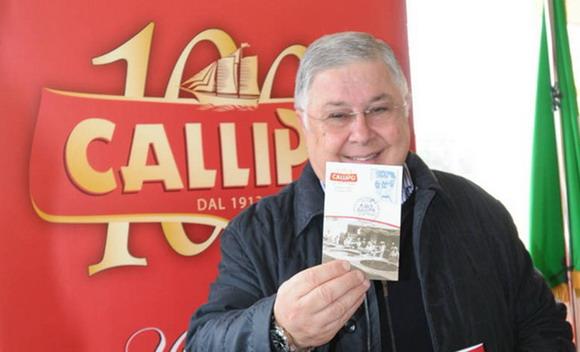 Il Presidente Pippo Callipo mostra alla stampa una cartolina con lo speciale annullo filatelico