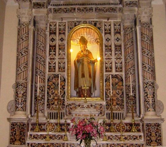 Il bellissimo altare dedicato a S. Alfonso nella Chiesa del Gesù nel 1839 dal Venerabile P. Vito Miche Di Netta: un capolavoro di tarsie marmoree che ancora oggi attira numerosi visitatori