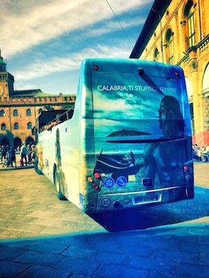 Un bus con l'immagine di Cirella (CS)