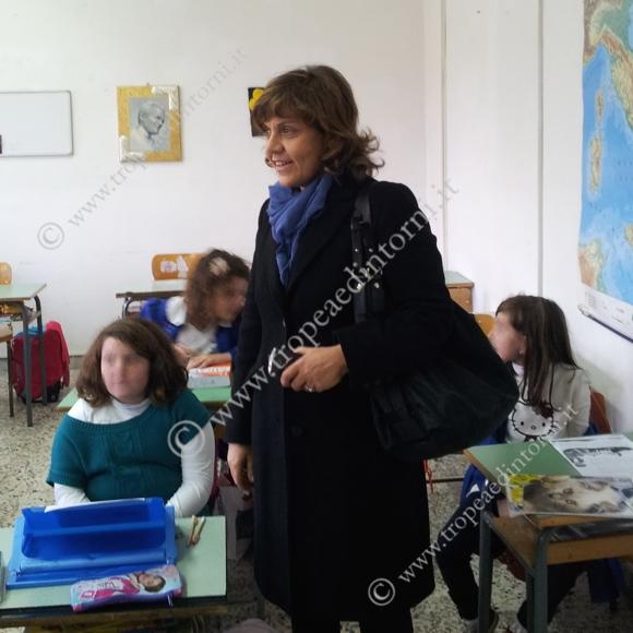 l Commissario Maria Aurora Colosimo in  vista alla scuola Primaria di Tropea - foto Sorbilli