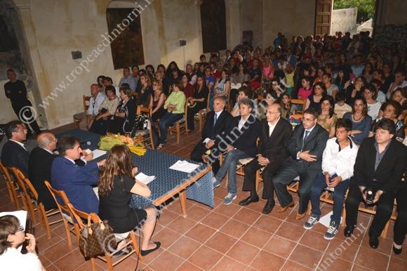 Tropea, il tavolo dei relatori ed il pubblico al conceto del 18 maggio - foto Libertino