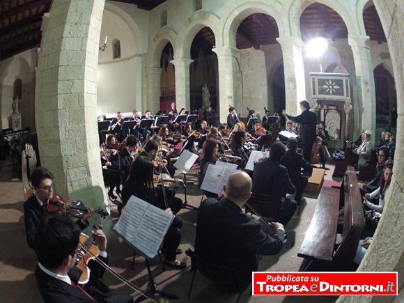 Il direttore Michele Santorsola con l'Orchestra del Conservatorio di Vibo Valentia - foto Libertino