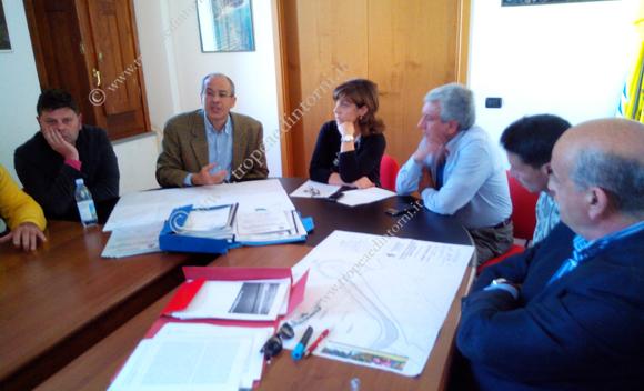 L'ingegnere Cantisani, tra i tecnici che hanno redatto il progetto, ha incontrato un gruppo di cittadini presso palazzo Sant'Anna - foto Libertino