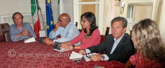 Tavolo della conferenza stampa - foto Carmelitano