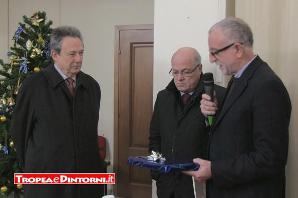 Il Vicesindaco Massimo L'Andolina consegna un pubblicazione aGioacchino Lanza Tomasi
