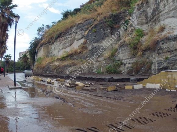 Tratto di strada della Marina del Convento dove è crollato il muro  - foto Libertino