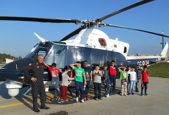 I bimbi scoprono gli elicotteri dei Carabinieri