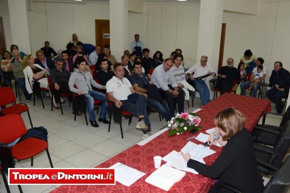 La sala gremita di numerosi cittadini e iscritti ai Meetup di tutta la regione - foto Libertino