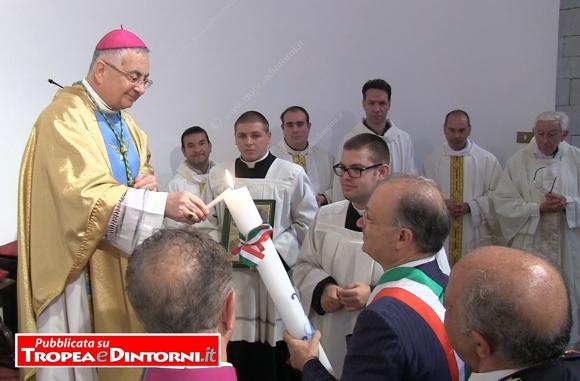 Il Sindaco Giueppe Rodolico a nome della cittadinanza ha acceso un cero votivo alla Madonna di Romania - foto Libertino