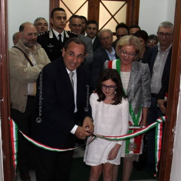 Il dott. Michele Di Bari e la D.ssa Emanuela Greco al taglio del nastro - foto Scordamaglia