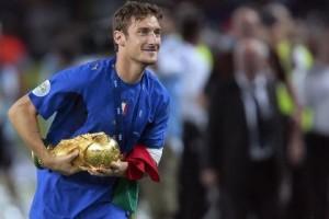 Francesco Totti Con la Coppa del Mondo conquistata dall'Italia nel 2006  - foto internet -