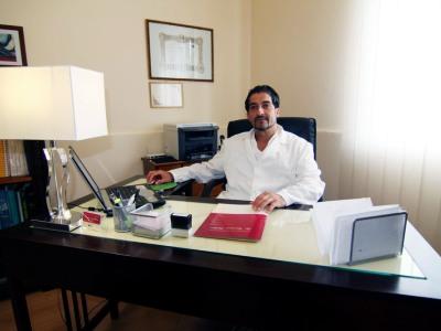 Nella foto il dottor Giovanni Vallone nel suo studio di via Degli Orti a Tropea.