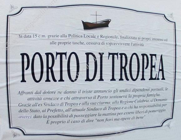 Il manifesto affisso per le vie della città - foto Libertino
