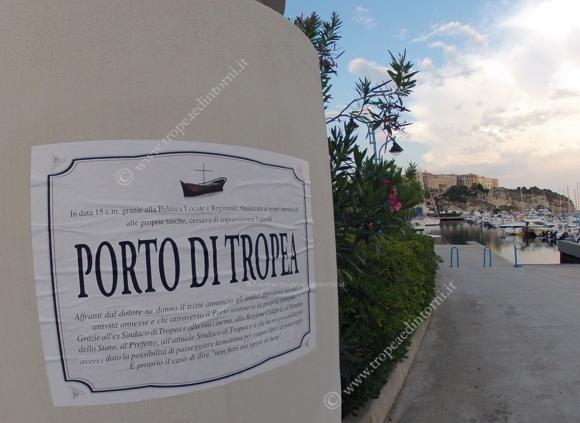 Manifesto al porto Tropea - foto Libertino