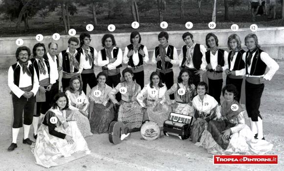 """Il gruppo Folk """" Le Chiazzarole di Tropea"""" del 1973 - foto Libertino"""