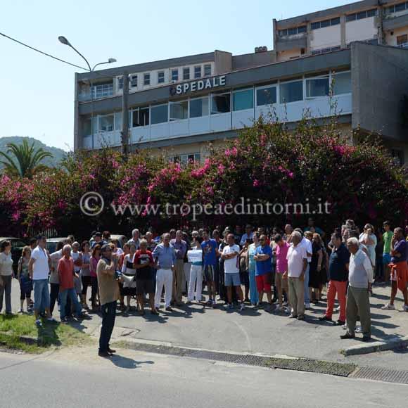 Il 12 giugno alcuni cittadini protestano davanti all'ospedale - foto Libertino