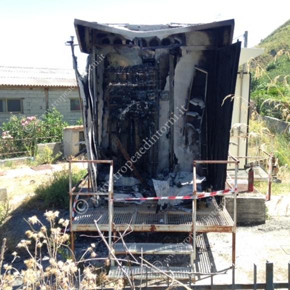 La cabina telefonica della  TELECOM incendiata foto Barritta