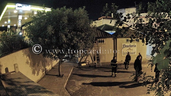 Il  chiosco nel mercato della frutta a Tropea danneggiato dall'incendio