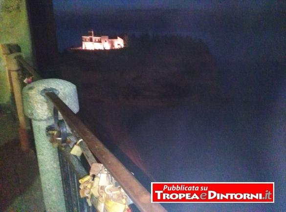 Lo scoglio, l'emblema di Tropea, dovrebbe rimanere illuminata tutte le notti - foto Libertino