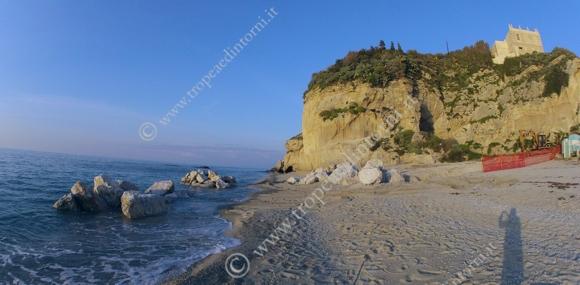 I grossi macigni scaricati lungo il litorale che rimane ai piedi dello scoglio dell'Isola - foto Libertino