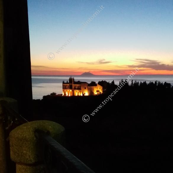 L'isola di Tropea al buio - foto Libertino