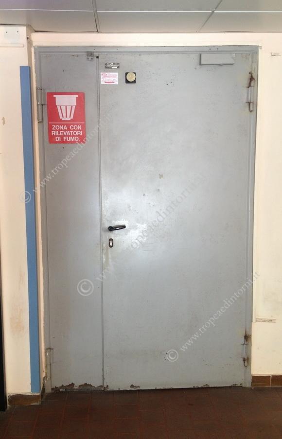 La porta della farmacia dell'ospedale di Tropea - foto Barone