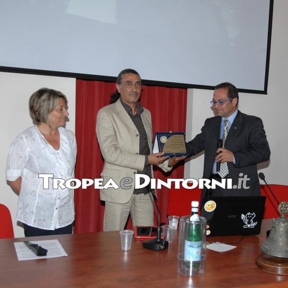 Enzo Loiacono, conferisce il Premio alla Professionalità al maestro e compositore Vincenzo Laganà. - foto Libertino