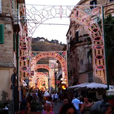 La tradizionale illuminazione nelle vie del paese- foto Carmelitano