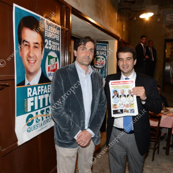 Nino Macrì e Raffaele Fitto con una copia di Tropeaedintorni.it  - foto Libertino