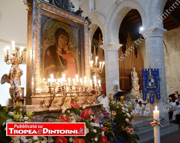 Alla presenza delle autorità civili e militari della città, il Vescovo Renzo ha presieduto la solenne liturgia - foto Stroe