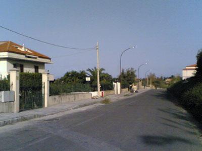 Il marciapiede in fase di realizzazione sulla Sp 22 - foto Barritta