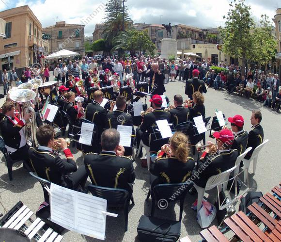 """In piazza Vittorio Veneto a Tropea """"L'associazione Melody di Filadelfia"""" promuove una Brass Band, ottoni e percussioni per i festeggiamenti per la Repubblica - foto Libertino"""
