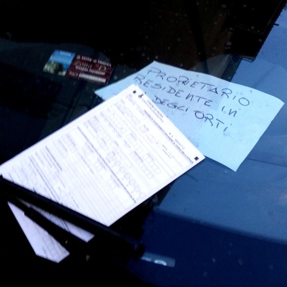 La multa in evidenza sul parabrezza dell'auto
