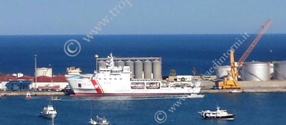 La nave con i profughi nel porto di Vibo Mariana - foto Barritta