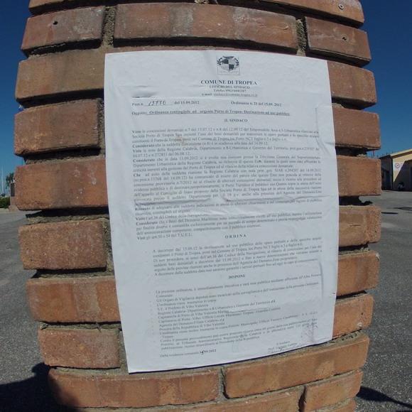Il manifesto affisso al porto di Tropea - foto Libertino