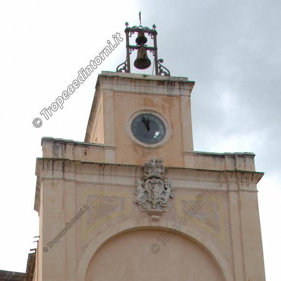 """L'antico """"sedile dei nobili"""" con il suo orologio situato sulla torretta - foto Stroe"""