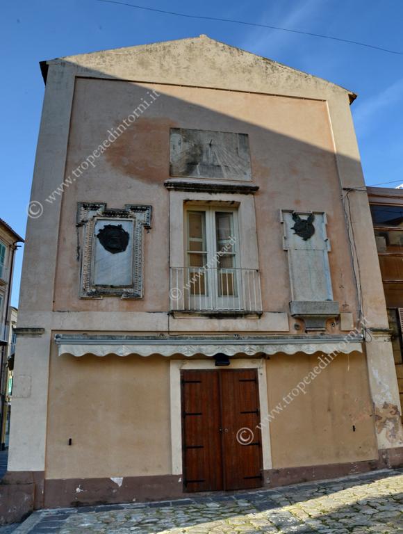 La meridiana nel muro dell'Antico Sedile tropeano - foto Libertino