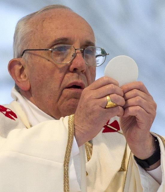 """Intensa espressione di Papa Francesco che presenta il Corpo di Cristo durante la celebrazione del Corpus Domini giovedì 30 maggio. - Dopo la Messa ha voluto accompagnare """"a piedi"""" il SS. Sacramento e non sul automezzo preparato allo scopo. - Ancora un gesto che ha sorpreso l'opinione pubblica."""